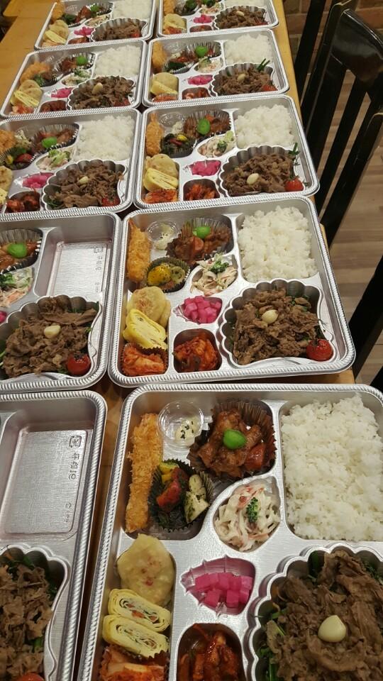 밥 두개 더 담아서 따뜻한 국과 함께 도시락 고고씽!!!!^^