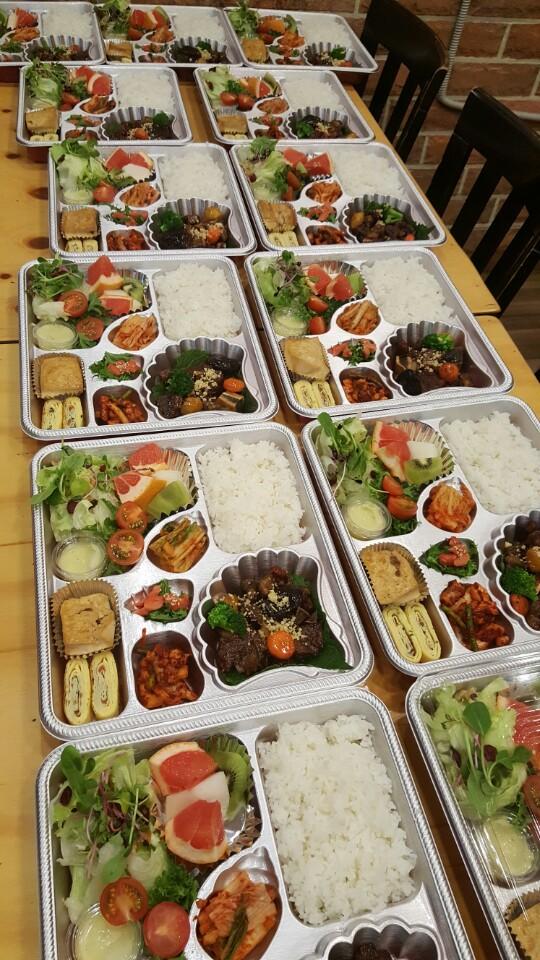 오늘 모처로 배송된 소갈비 도시락 단체 샷입니다. 은색 용기는 제스트가 사용하는 고급 용기 입니다. 음식들이 더 환해보여 고객님들께서 식욕을 더 느끼시도록 사용하고 있습니다.