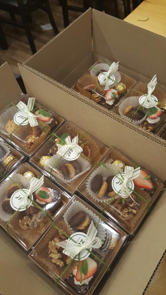 싱싱한계절 과일과 쿠키 감말랭이 브라우니 초코렛까지 담아 드렸습니다.^^