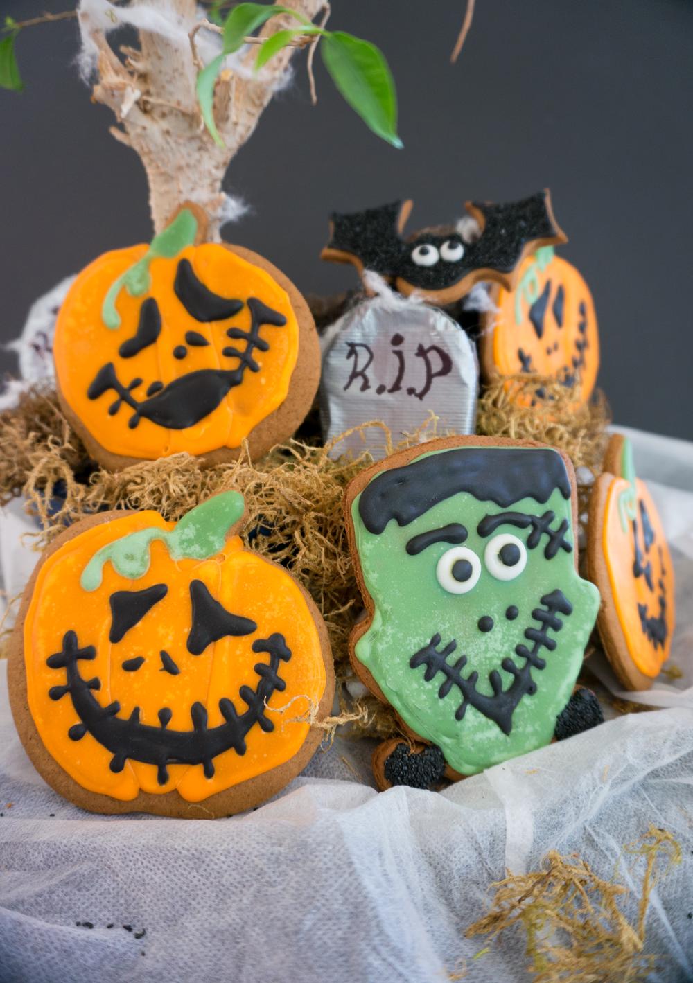 Halloween Gingerbread Cookies || Haute in Paradise || @hauteinparadise