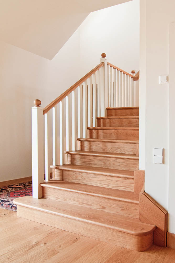 www.stockwell-ltd.co.uk   Oak cut and doglegged stringer stair with white posts and spindles and an oak feature double curtail step.