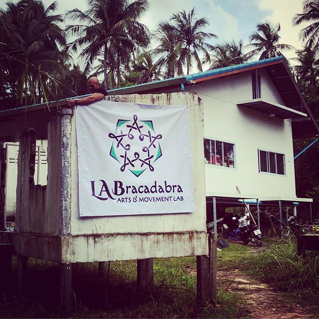 Check out our epic new sign thanks to @phlegmatic_omar!! Now if only we could do something about that big empty wall in the back... 😉#thebeforepicture #LABracadabra #flow #forartists #artscollective #artscommunity #kohphangan #thailand