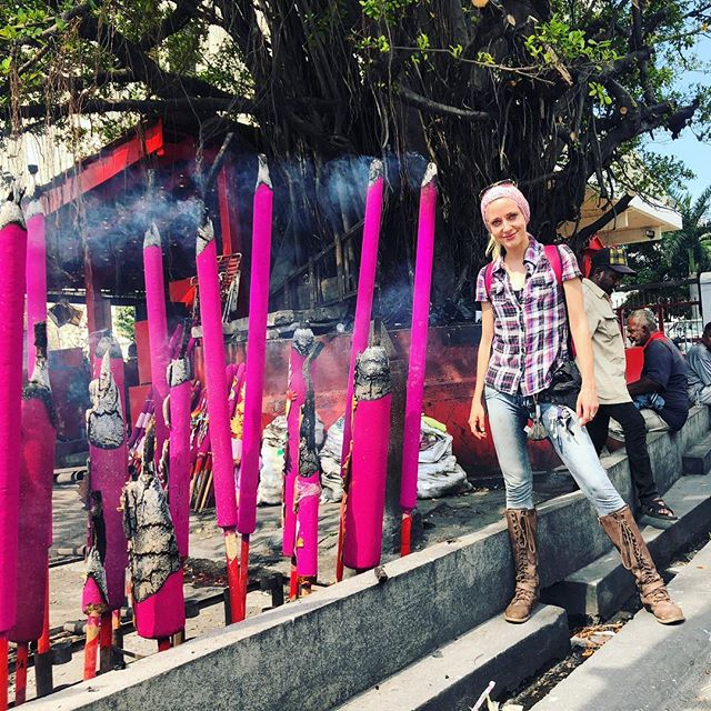 Temple incense as big as me!! So rad. But methinks the coolest part is the epic tree behind 😌💕 #penang #malaysia