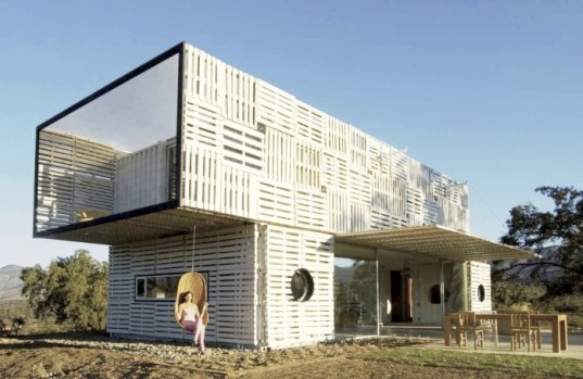 wood-pallet-and-shipping-container-house.jpg