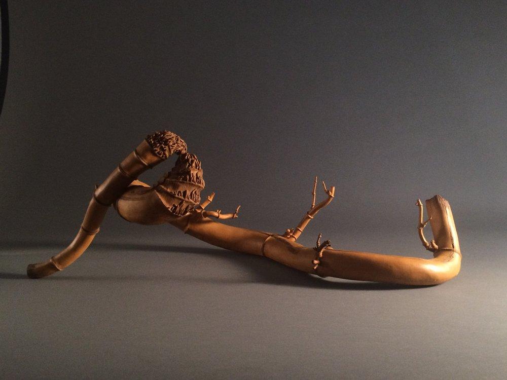抱節成龍   潘安儀   42x55x35cm   2016   墨染陶雕