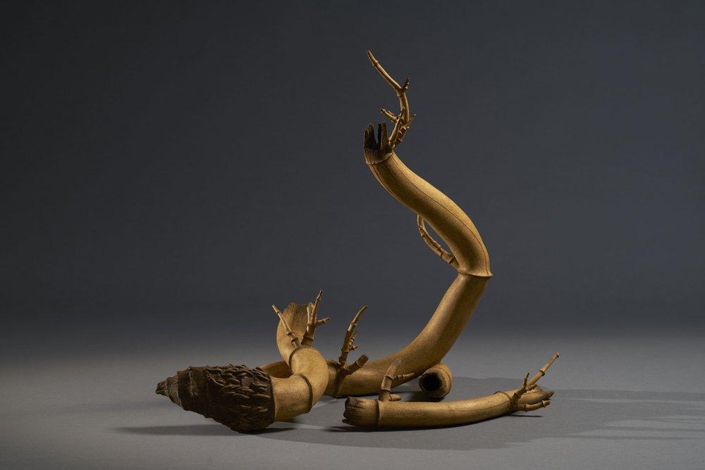 潘安儀 昂揚 40×43×19cm 8×27×8cm 2016 墨染陶雕
