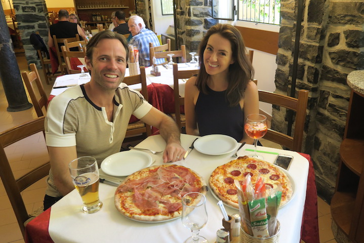 Damien and Sigourney stop for Pizza in Bellagio