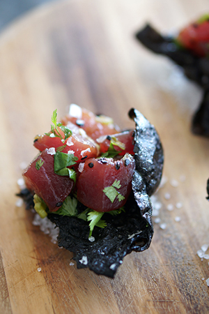 add some guilt-free calories to your nori chips with these delicately scrumptious tuna tartare nori bites by HONESTLY YUM