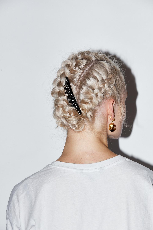 Hair clip:  Paris Mode . Earrings:  Valére