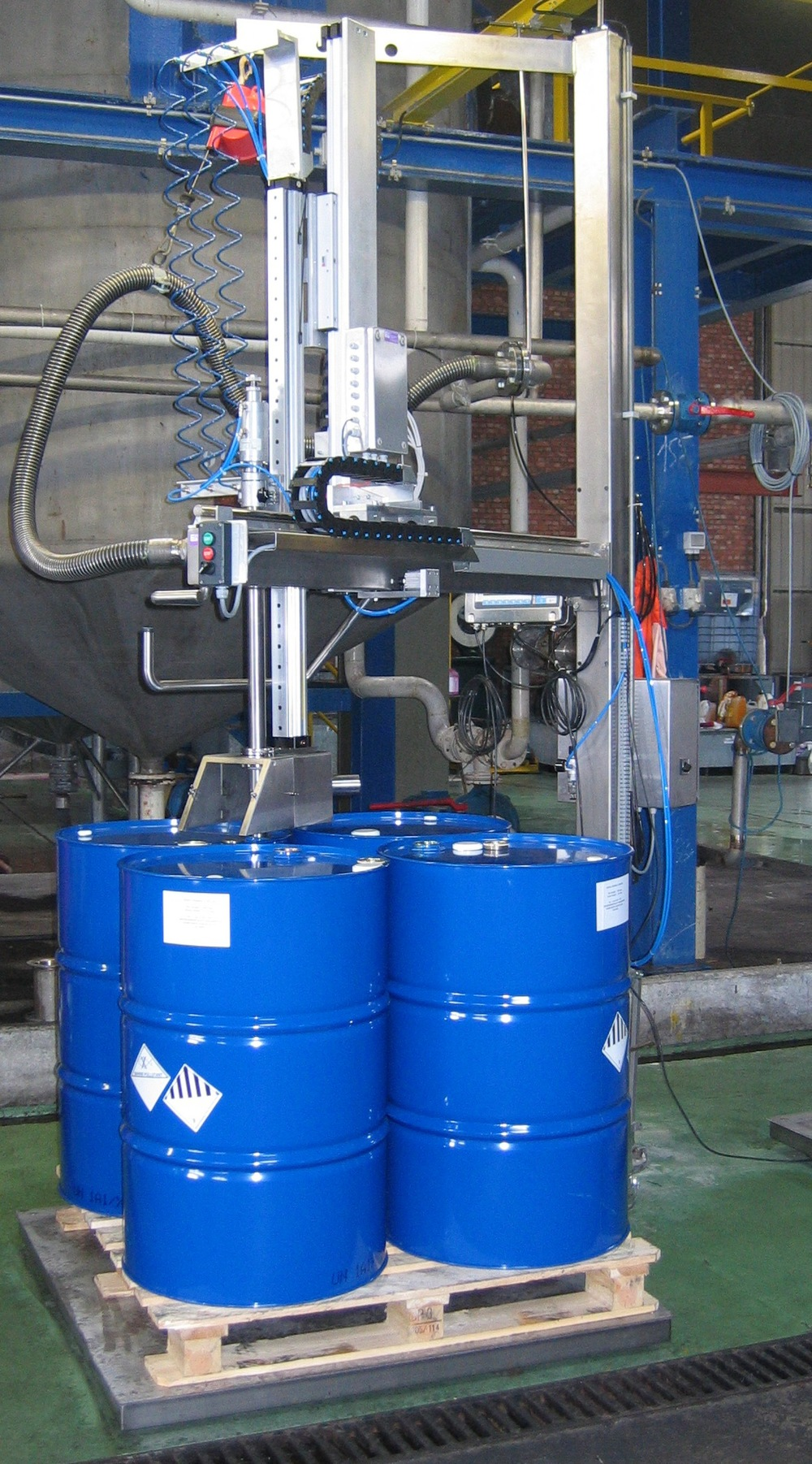 Swing-arm pallet filler for anti-freeze liquid