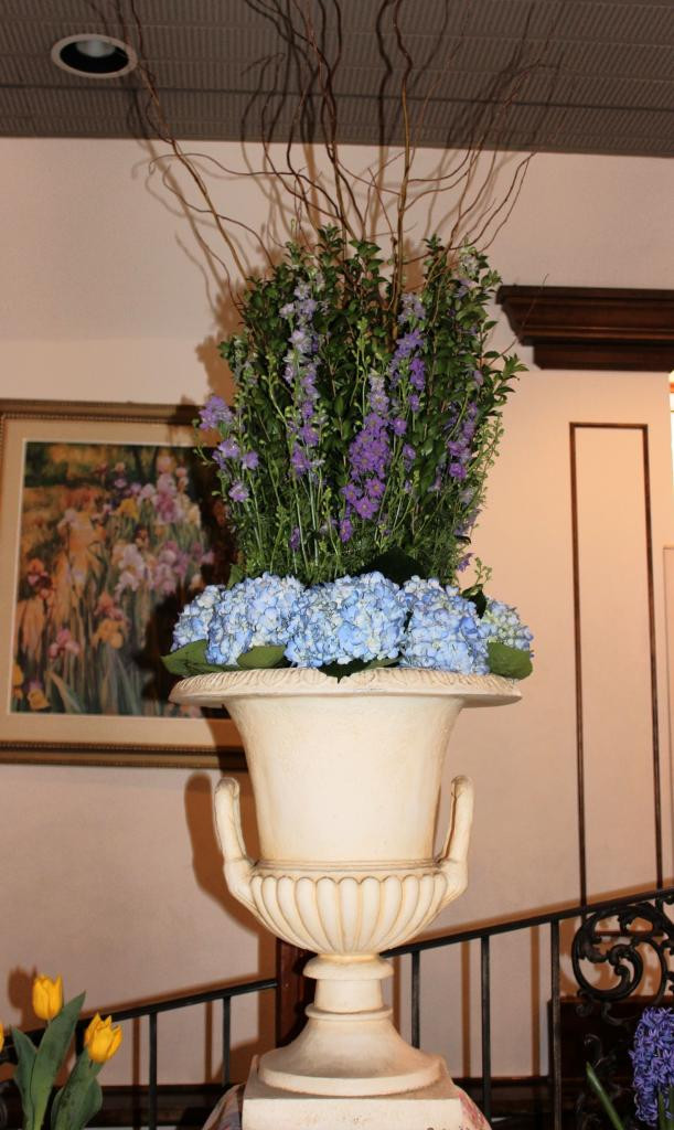 Placecard table - hydrangea urn.jpg