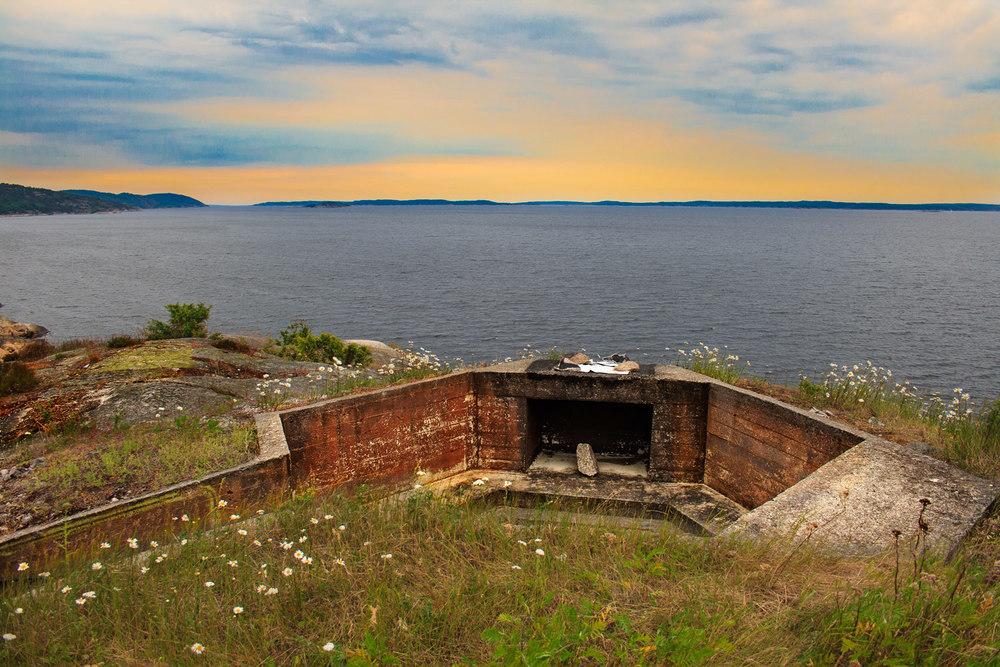 Disse skytestillingene på Mørvika fort utenfor Sponvika er strategisk plassert for å dekke Iddefjorden og innløpet til Halden.Mørvika fort Zug 6/980 var et tysk kystbatteri ved utløpet av Singlefjorden