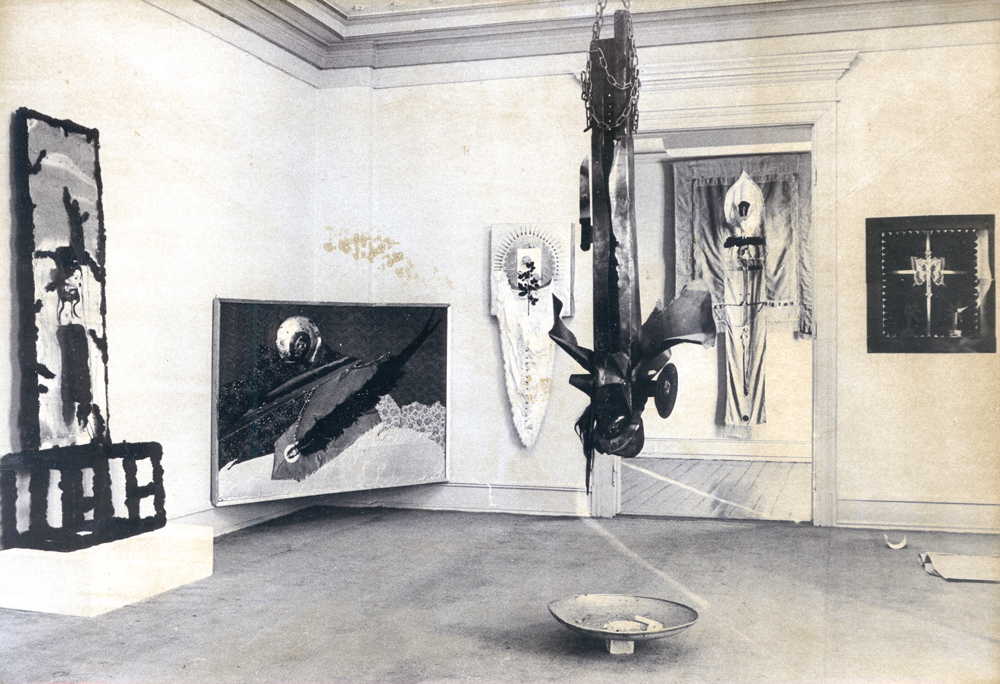 Fra utstilling med den polske kunstneren Wadyslaw Hasior i Galleri F 15 i 1969. ©Punkt Ø