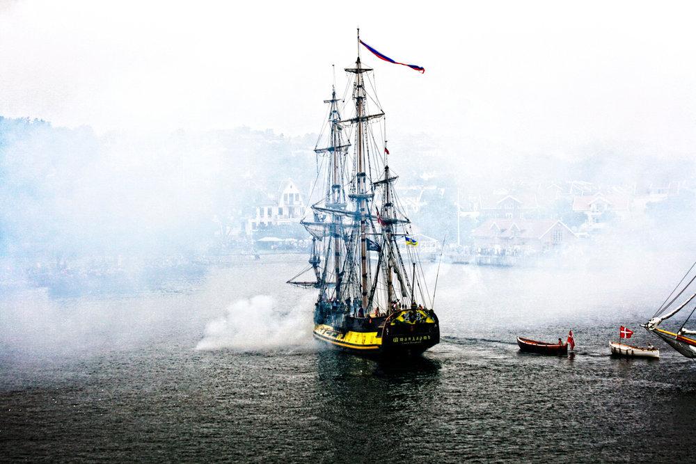 """Tordenskiolds kraftige angrep mot svenskene i """"Slaget i Dynekilen"""" var med på å svekke svenskenes militære kraft i et nært forestående angrep mot Fredriksten festning som var planlagt. Peter Wessel Tordenskiold ødela i svenske Dynekilen (ikke langt fra Svinesund) en stor svensk flåte den 8. juli 1716 i slaget ved Dynekilen. Her fra en gjenskapelse av Dynekilslaget som arrangeres hvert andre år i Stavern."""