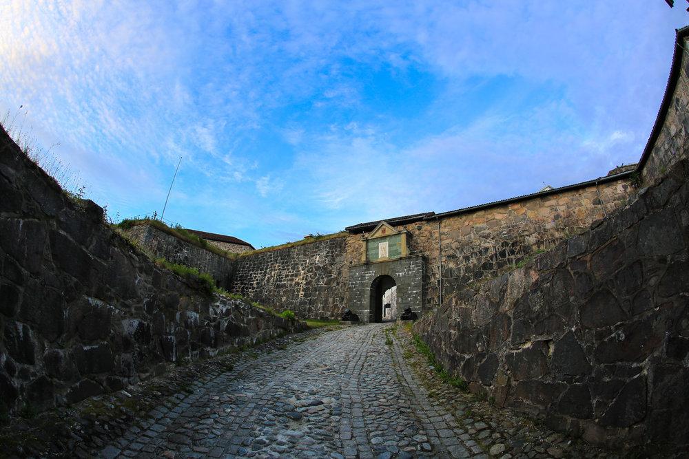 Vestre Kurtinemur og Prins Georgs bastion. Innenfor Vestre kurtineporten kommer du inn til indre festningsområde.