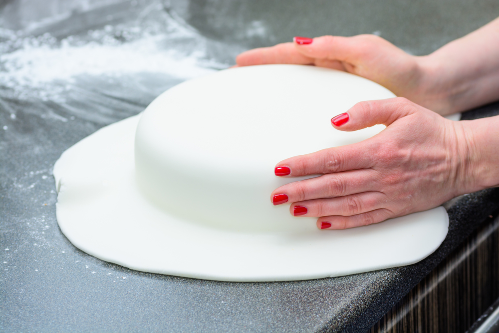covering cake in fondant.jpg