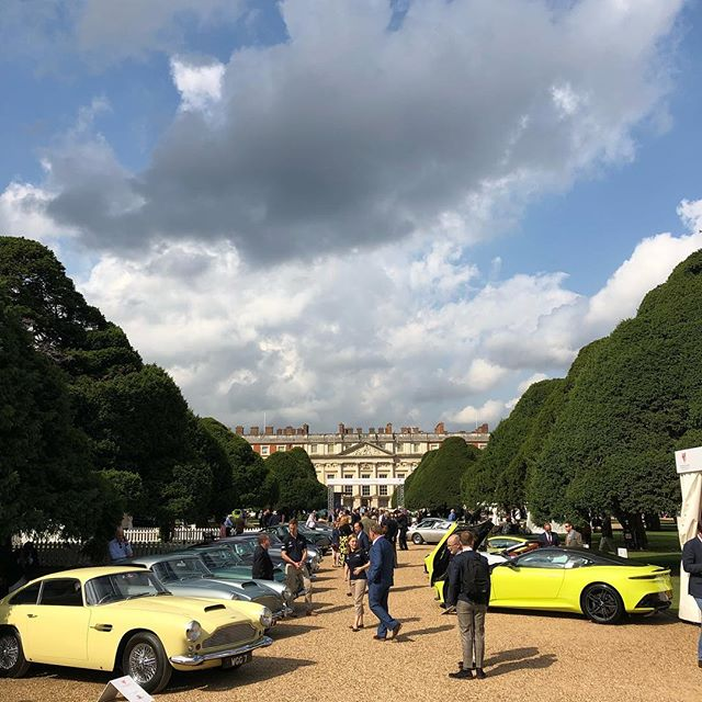 We have arrived! @concours_of_elegance @hamptoncourtpalace #classiccarshow #concoursdelegance #hamptoncourtpalace #vintagecars