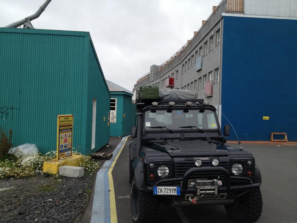Cielo grigio. Ma questa Land Rover Defender italiana che ho trovato fuori la Icelandair Hotel Reykjavik Marina sembra in gamba!