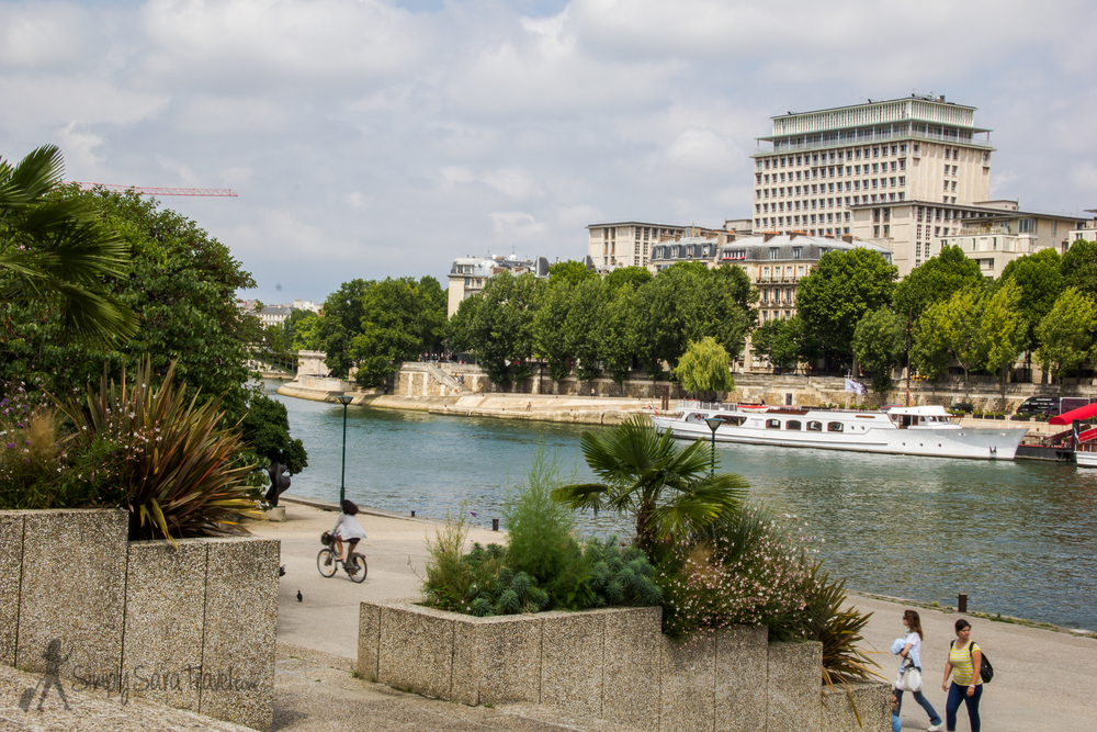 A look at the Seine from Jardin Tino-Rossi, Paris