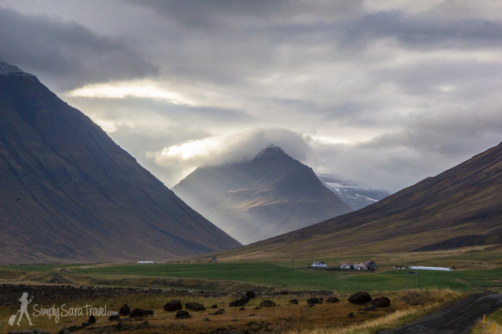 An Icelandic farm beneath the mountains.