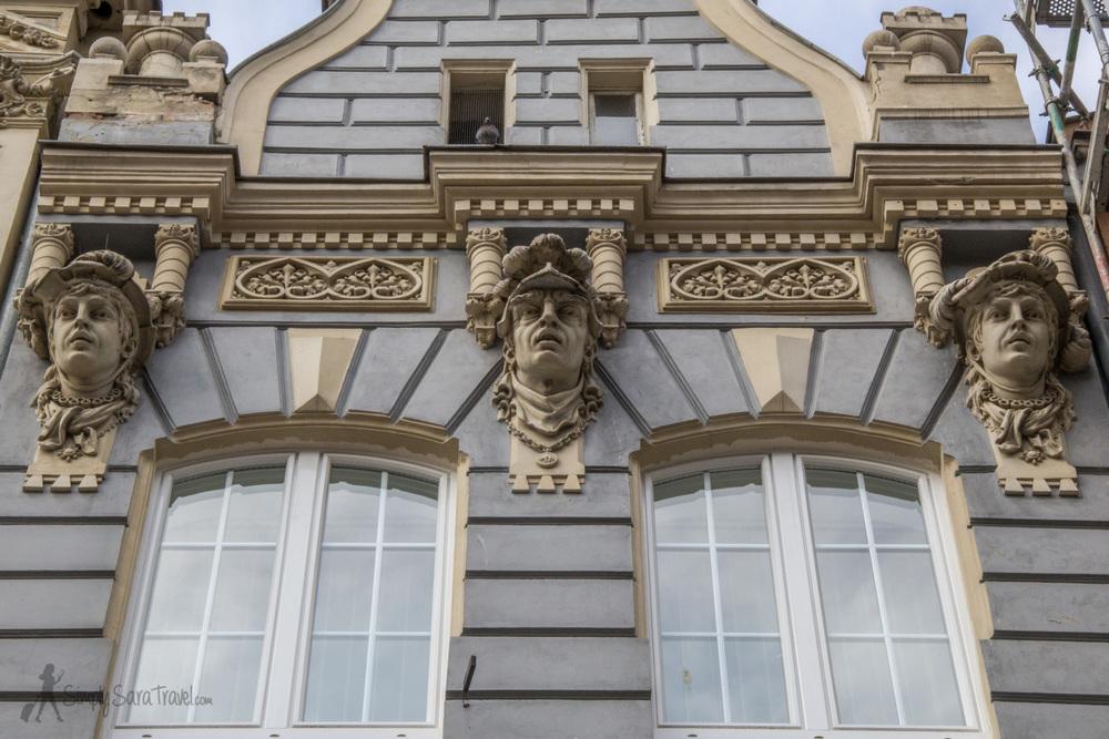 Sculpture heads alongGdańsk's Royal Way