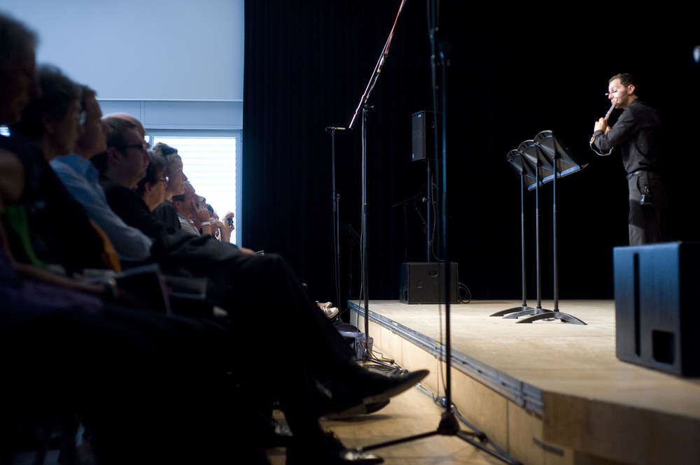 """Pendent l'éxecution de la pièce pour flute et électronique """"Le Schizophone"""" de Benoit Moreau au Festival de Lucerne 2010"""