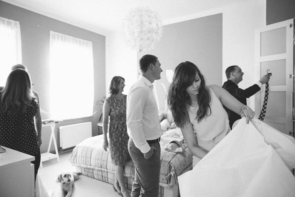 Hochzeitsgesellschaft während der Vorbereitungen