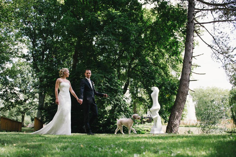 Hochzeitspaar & Hund im Park Villa Papendorf