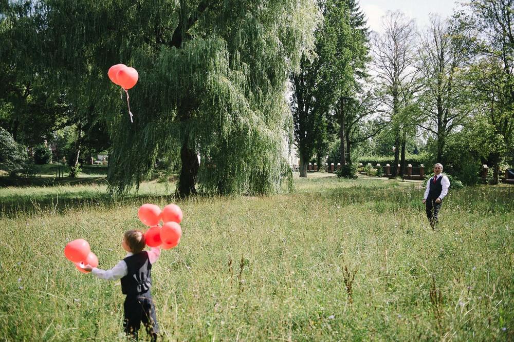 Blumenkind mit Luftballons Villa Papendorf