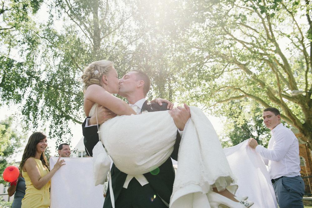 Braut und Bräutigam küssend Villa Papendorf