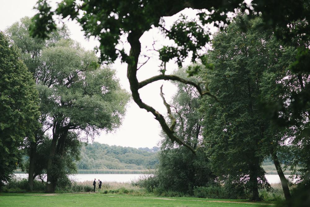 Hochzeitsgäste im Park Schloss Wedendorf