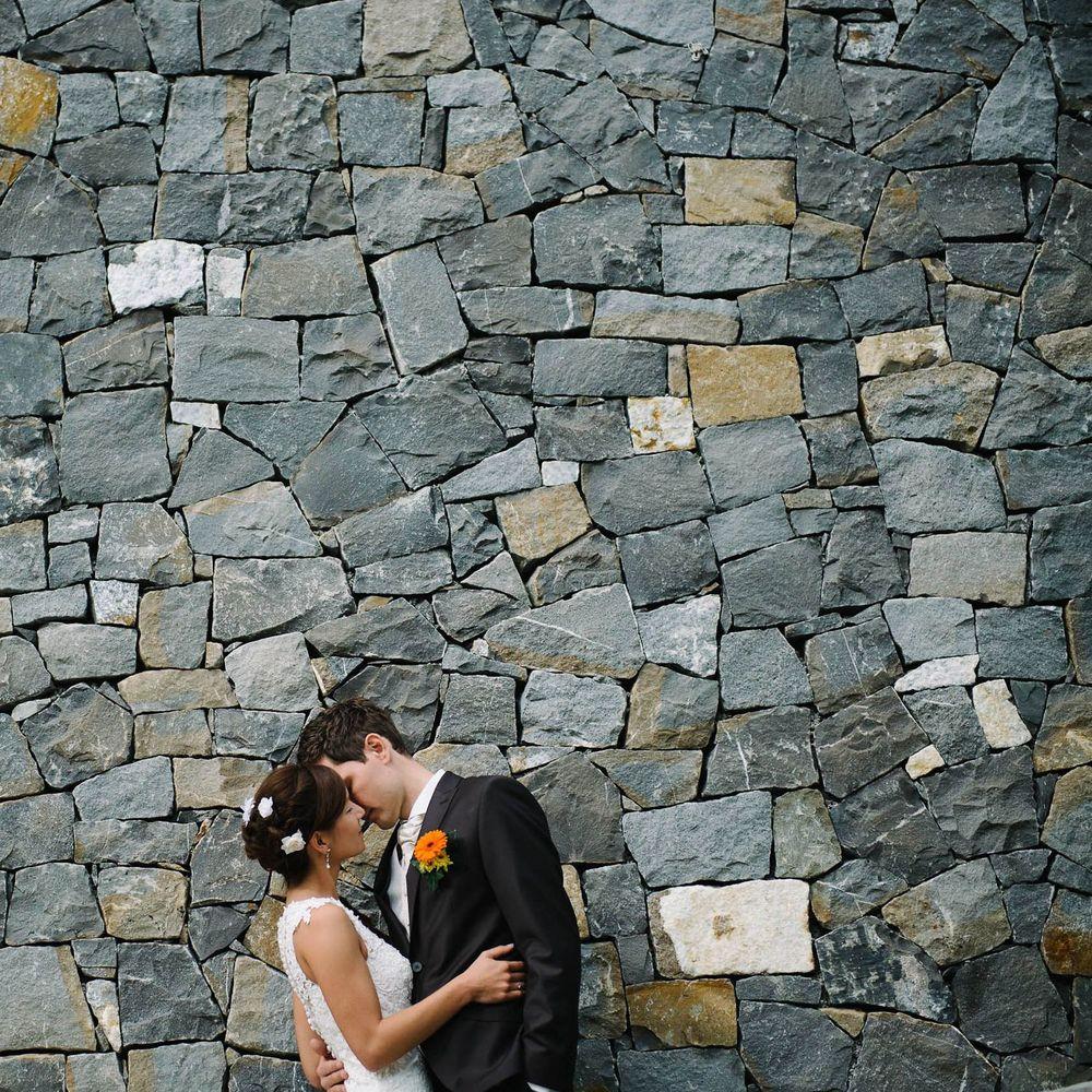 Ein kuss vor natursteinmauer