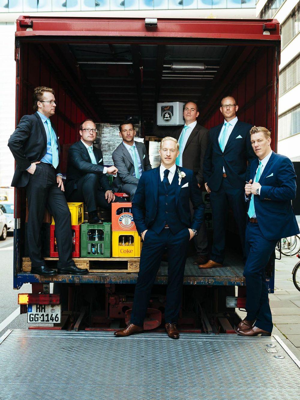 Bräutigam & Best Men posieren als Gang