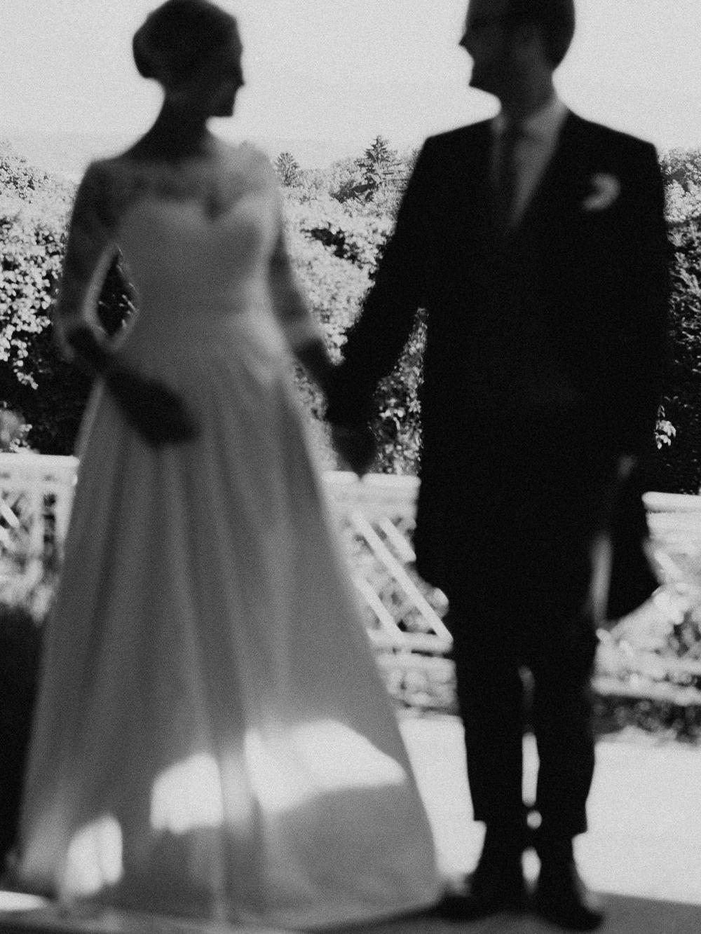 Hochzeitspaar in der Unschärfe
