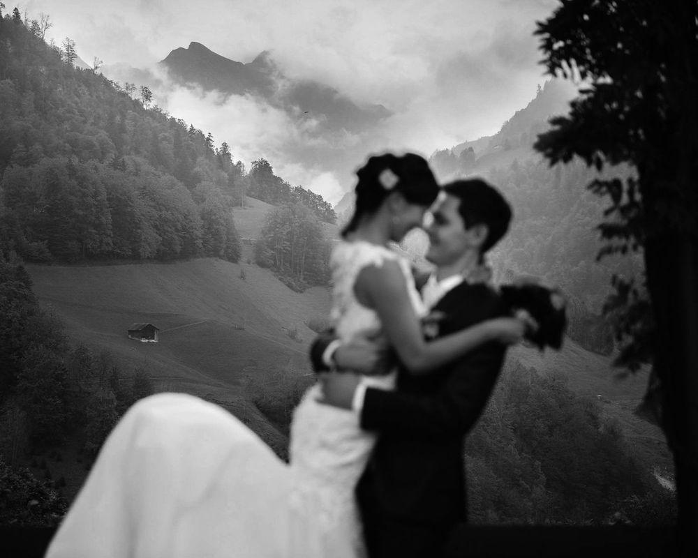 Glück vor Alpenpanorama