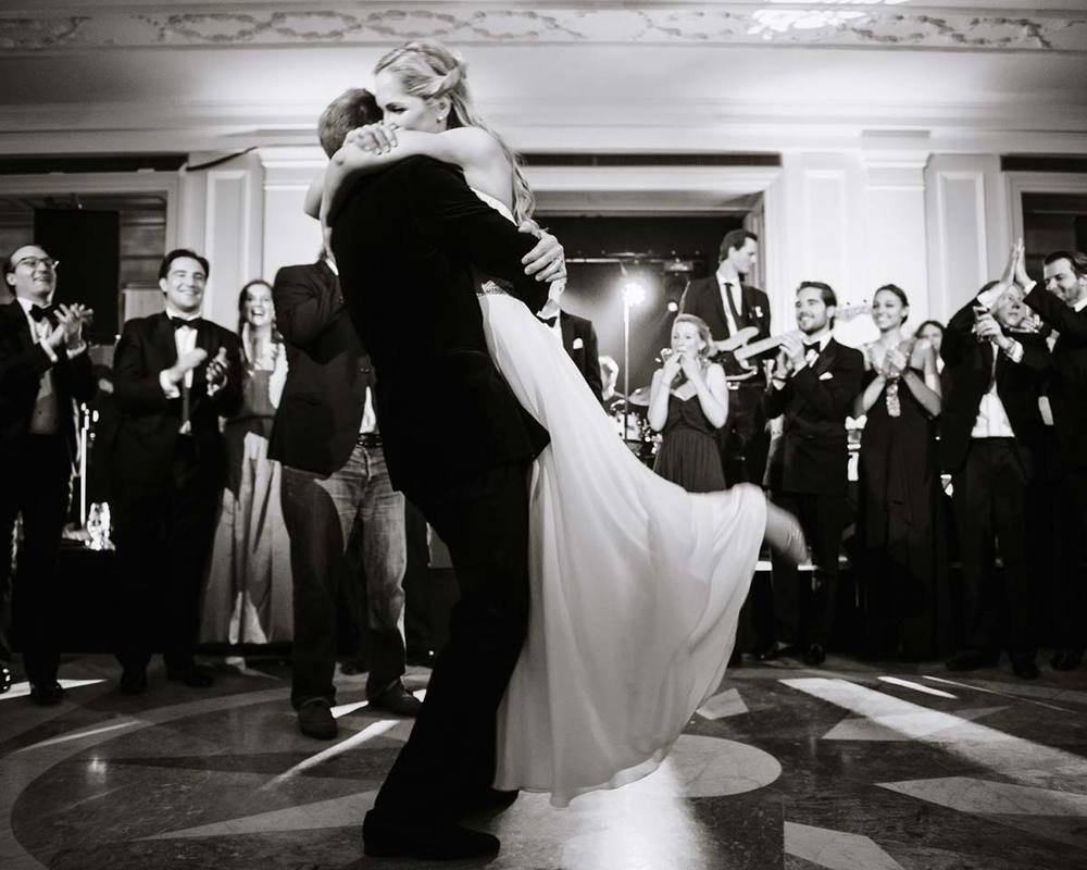 Brautpaar im Glück beim Hochzeitstanz