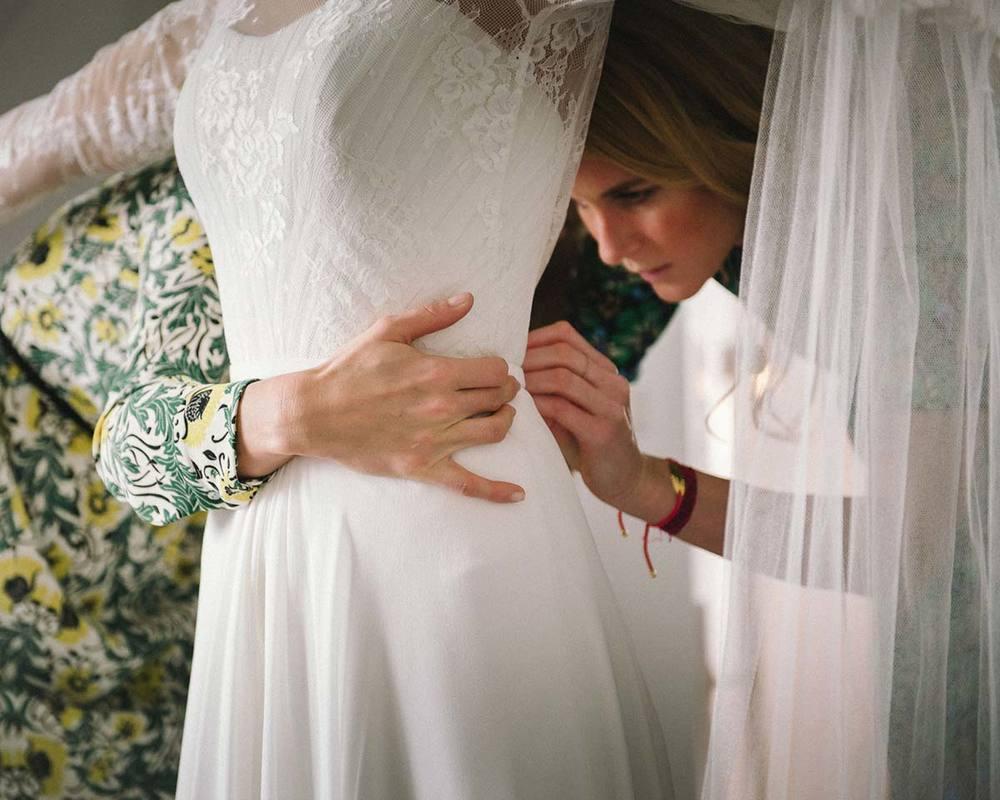 Brautjungfern und Maßgeschneidertes Brautkleid