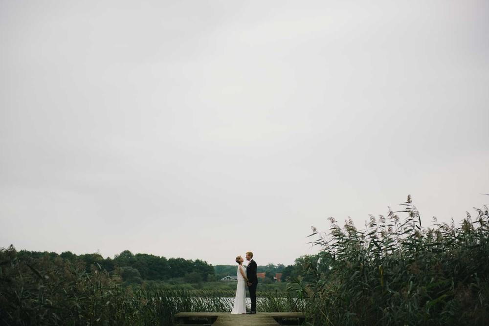 Brautpaar Portrait Landschaft am See Hochzeit Schloss Wedendorf Guthaus