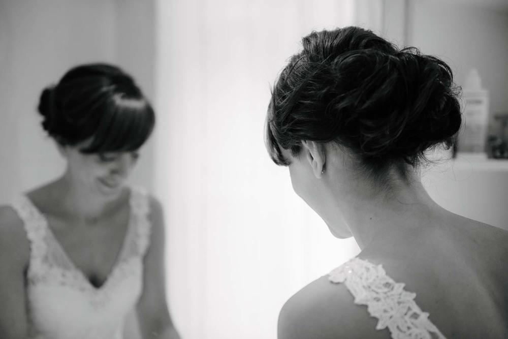 Braut am Spiegel Vorbereitungen Hochzeit Rostocker Fotograf in Augsburg