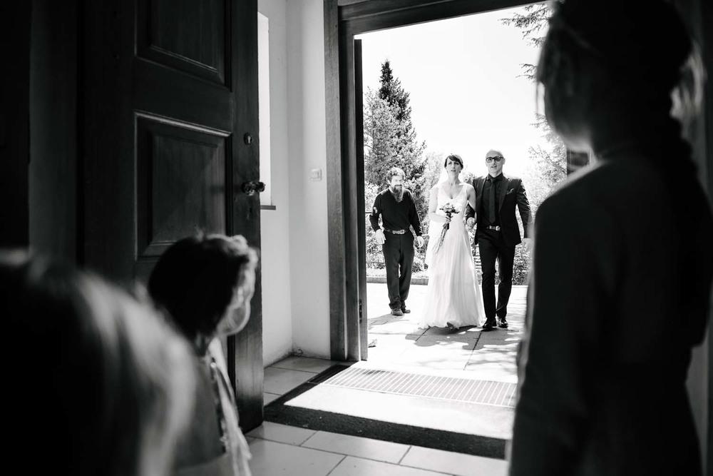 Braut und Brautvater betreten die Kirche während die Blumenkinder zusehen. kirchliche Trauung Hochzeit Rostocker Fotograf in Augsburg
