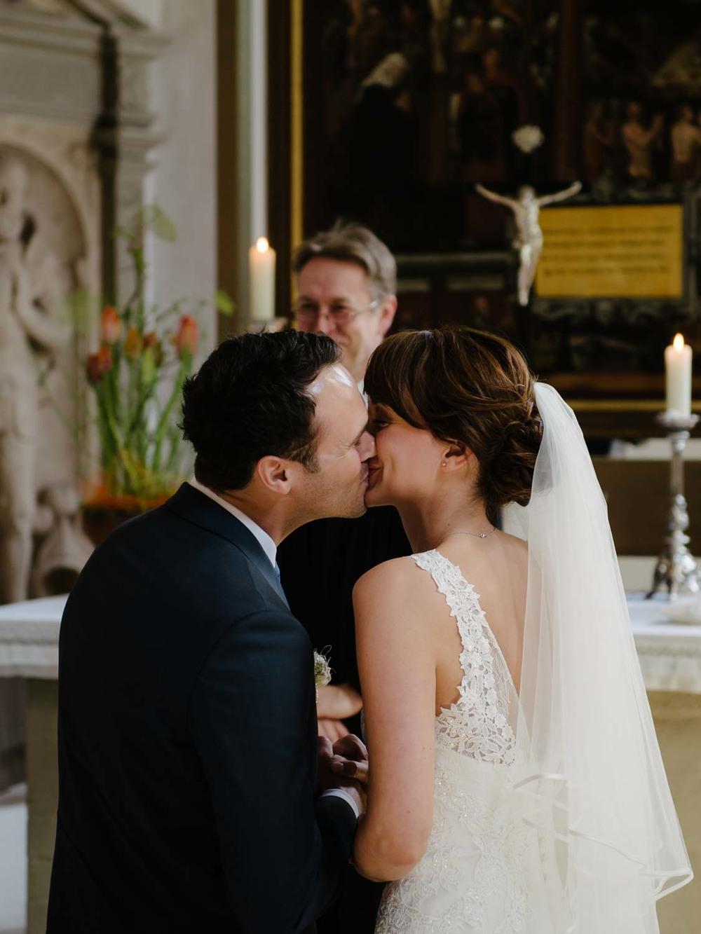 Bräutigam küsst Braut kirchliche Trauung Hochzeit Rostocker Fotograf in Augsburg