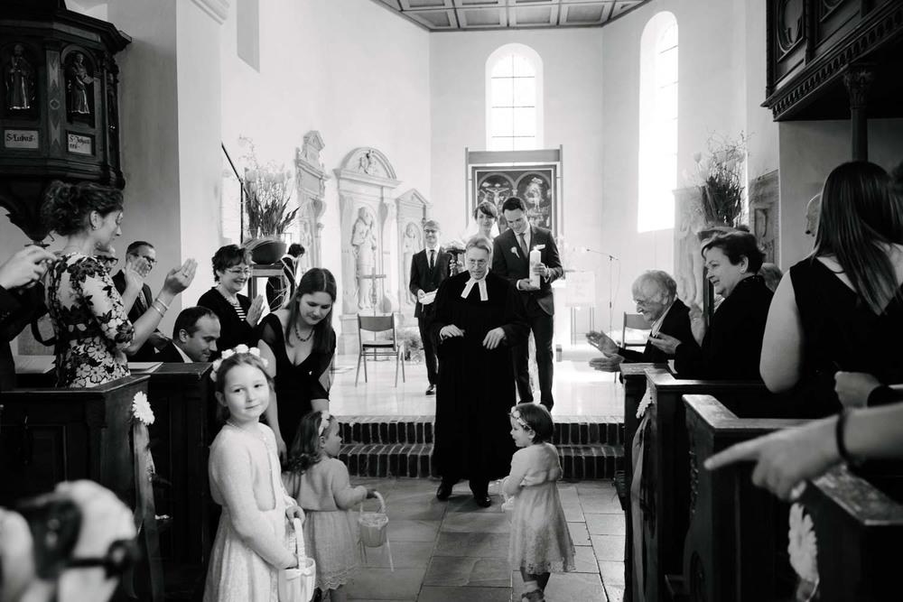 Brautauszug mit Pastor und Blumenkindern kirchliche Trauung Hochzeit Rostocker Fotograf in Augsburg