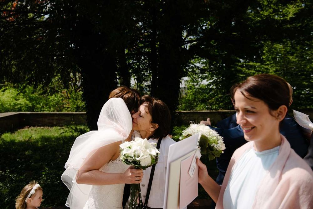Brautmutter beglückwünscht die Braut Empfang Hochzeit Rostocker Fotograf in Augsburg