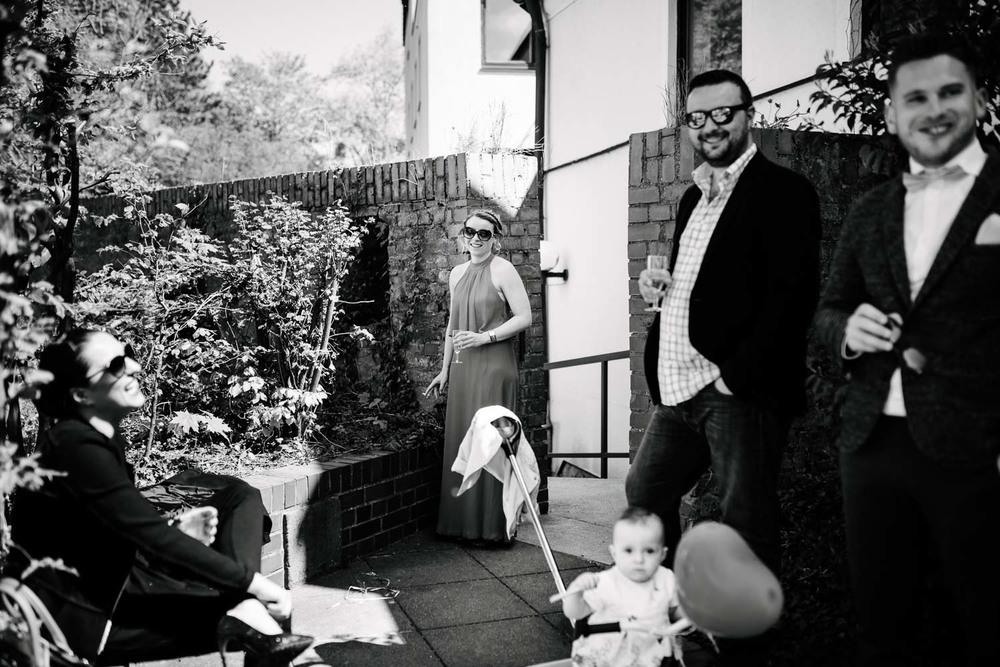 Hochzeitsgäste beim Rauchen Empfang Hochzeit Rostocker Fotograf in Augsburg