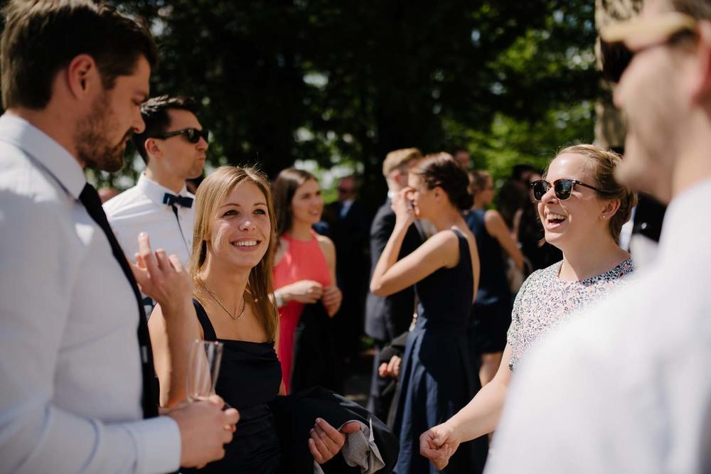 lachende Hochzeitsgäste mit Sonnenbrille Empfang Hochzeit Rostocker Fotograf in Augsburg
