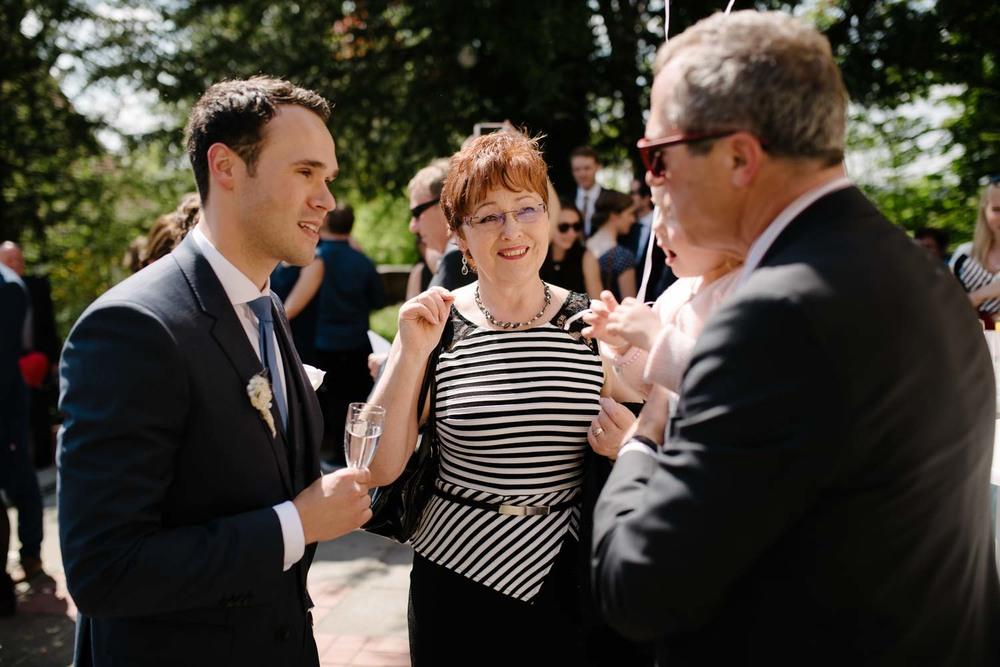 Bräutigam und Eltern Empfang Hochzeit Rostocker Fotograf in Augsburg