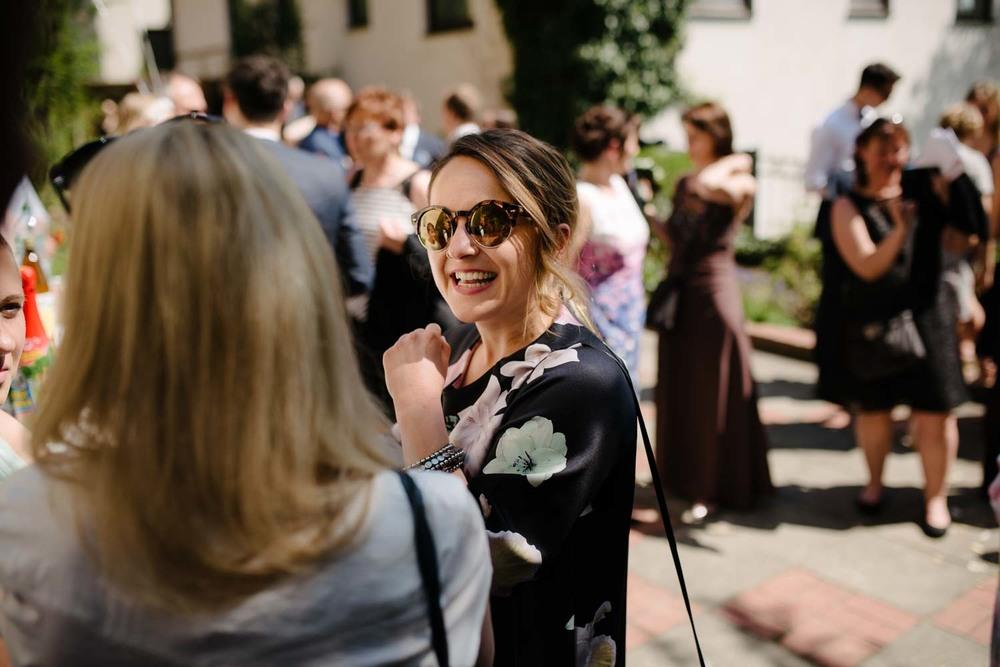 LAchende Brautjungfer Empfang Hochzeit Rostocker Fotograf in Augsburg