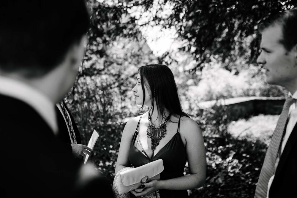 weiblicher Hochzeitsgast mit dekolleté Schmuck Empfang Hochzeit Rostocker Fotograf in Augsburg