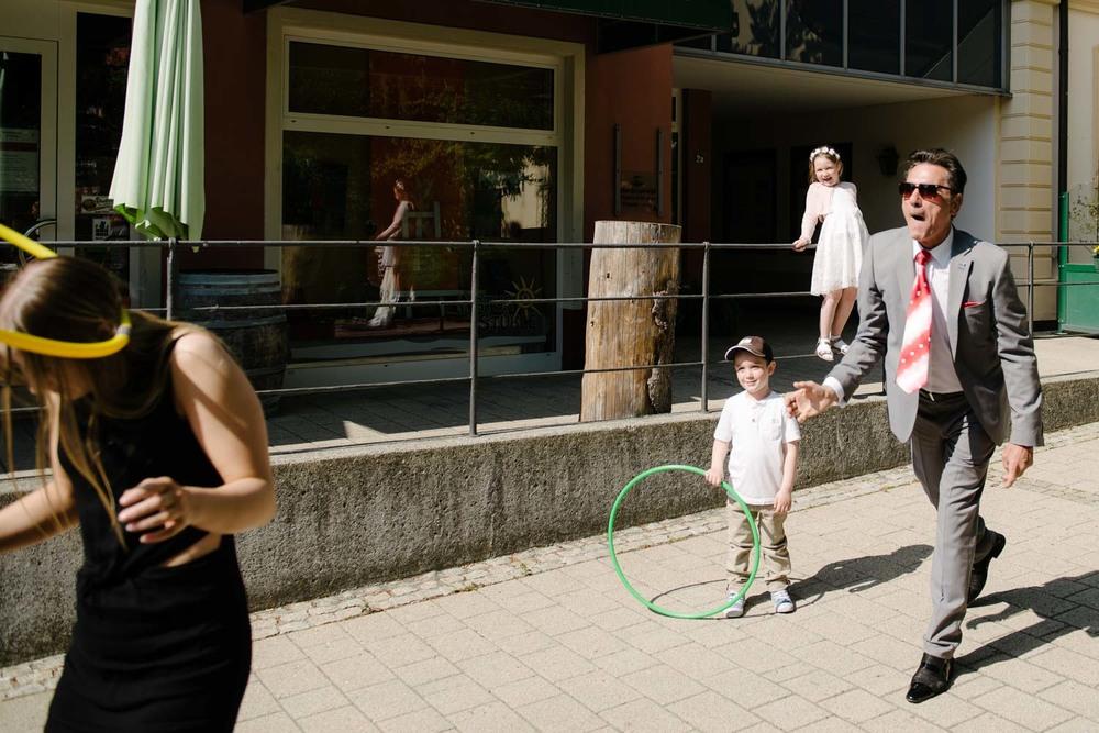 Hochzeitsgast wird mit gelbem Ring beworfen Hochzeit Rostocker Fotograf in Augsburg