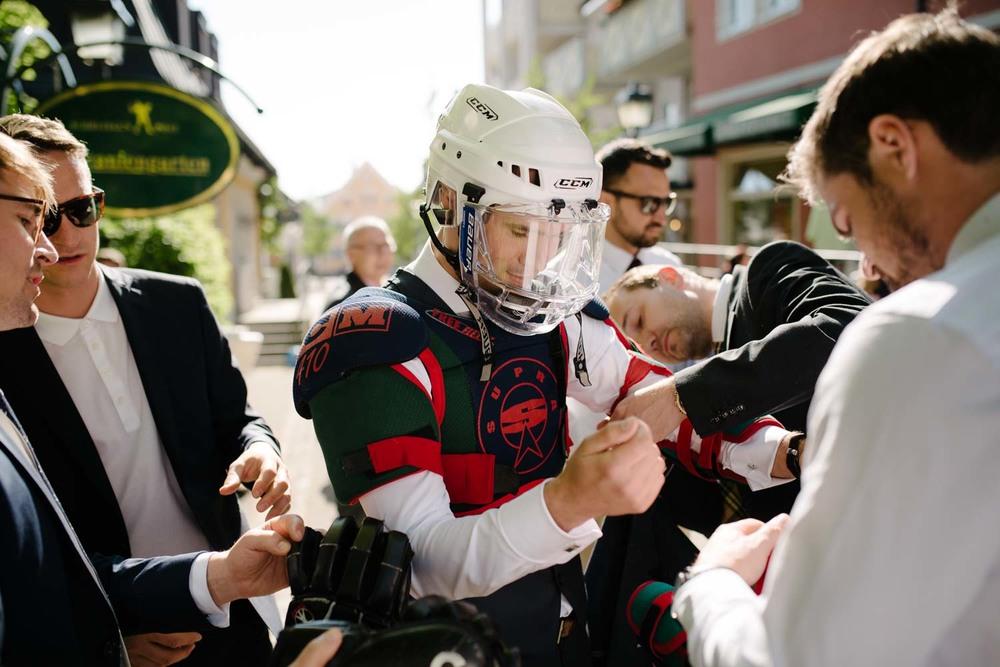Bräutigam in Eishockey Ausrüstung fürs Hochzeitsspiel Hochzeit Rostocker Fotograf in Augsburg
